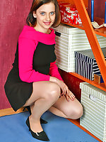 Sweltering gal can hold any object with her feet encased in silky pantyhose